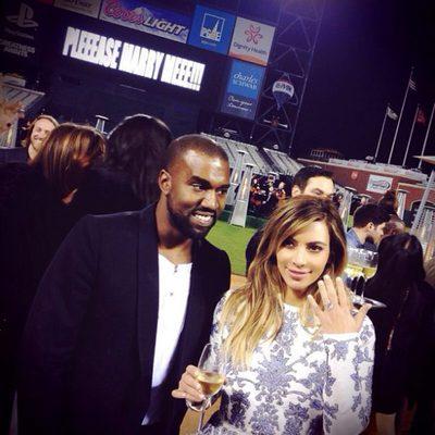 Kim Kardashian muestra su anillo junto a Kanye West