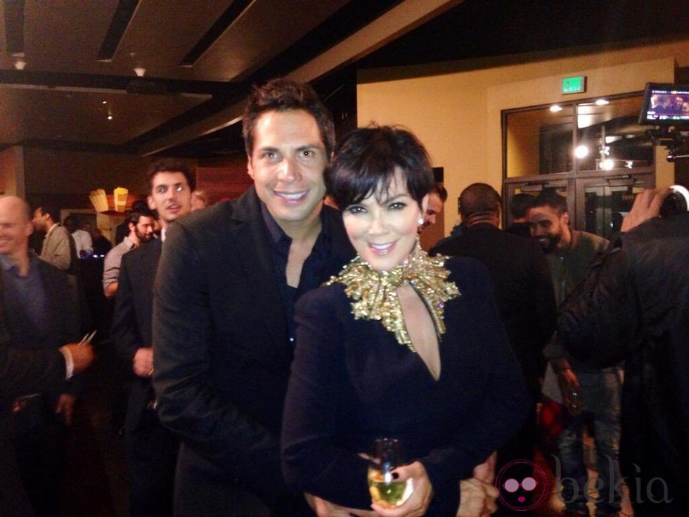 Kris Jenner junto a Joe Francis en la fiesta de pedida de Kim Kardashian
