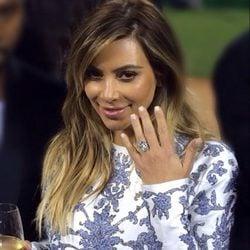 Kim Kardashian mostrando su anillo de compromiso