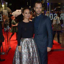 Natalie Portman y Benjamin Millepied en el estreno de 'Thor: El mundo oscuro' en Londres