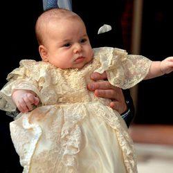 El Príncipe Jorge llega al Palacio de St. James para ser bautizado