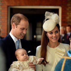 Los Duques de Cambridge y su hijo el Príncipe Jorge llegando al Palacio de St. James