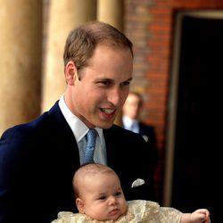 El Príncipe Guillermo con su hijo el Príncipe Jorge el día de su bautizo
