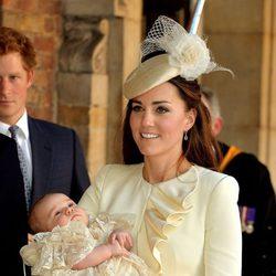 Kate Middleton con su hijo el Príncipe Jorge en brazos el día de su bautizo