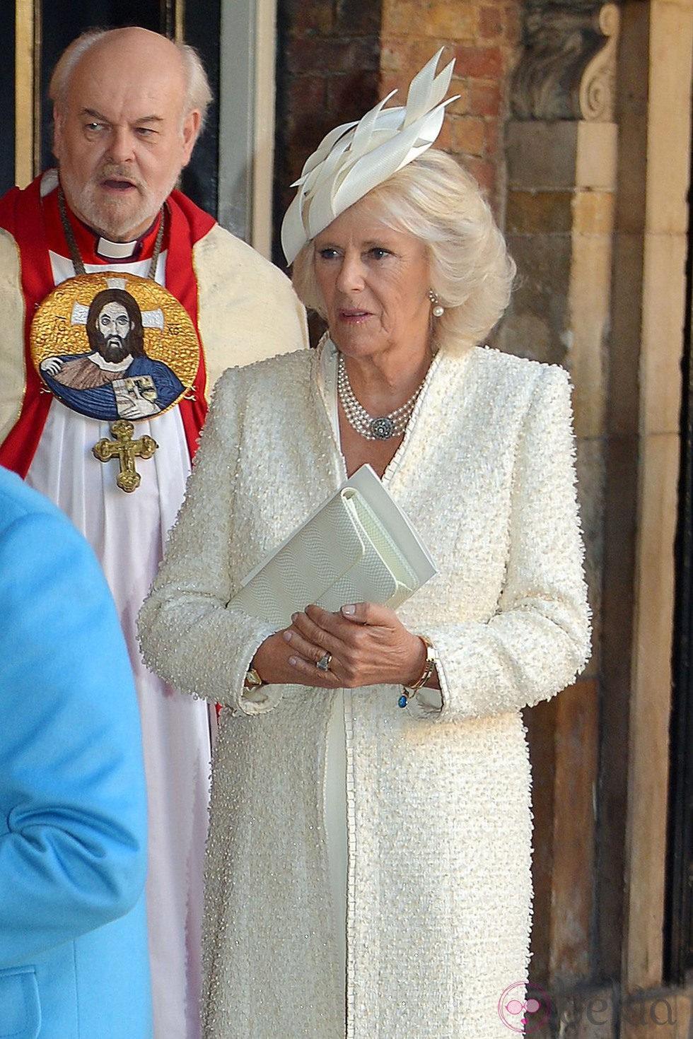 La Duquesa de Cornualles en el bautizo del Príncipe Jorge de Cambridge