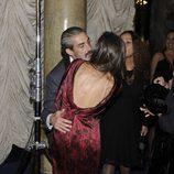 Miki Molina felicita a Ángela Molina tras recibir la Medalla de Oro de la Academia de Cine