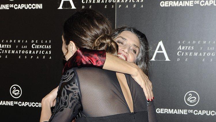 Ángela Molina abraza a Olivia Molina tras recibir la Medalla de Oro de la Academia de Cine