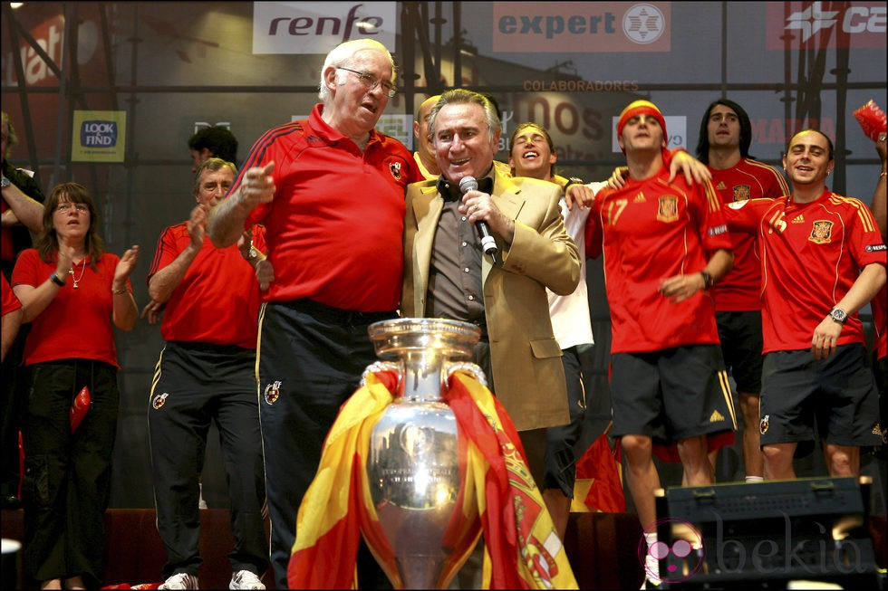 Manolo Escobar con Luis Aragonés celebrando la Eurocopa 2008