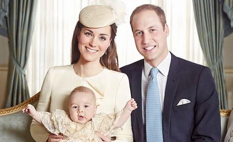 Los Duques de Cambridge con el Príncipe Jorge en la fotografía oficial del bautizo