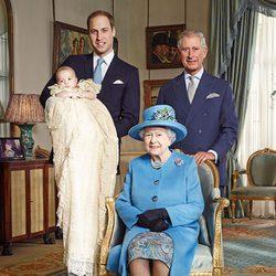 La Reina Isabel II con el Príncipe Carlos, el Príncipe Guillermo y el Príncipe Jorge el día de su bautizo