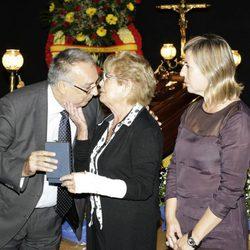 El alcalde de Benidorm entrega la Medalla de Oro de la ciudad a la viuda de Manolo Escobar
