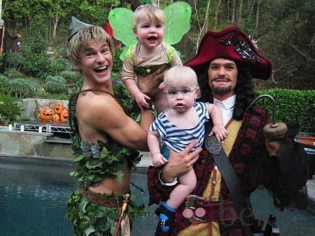 Neil Patrick Harris y su familia disfrazados en Halloween 2011