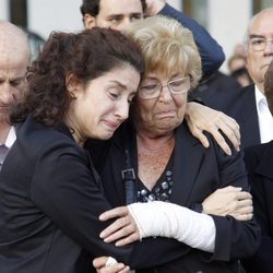 La viuda de Manolo Escobar y su hija desconsoladas en el funeral del cantante