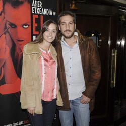 Alberto Ammann y su pareja en el re estreno de 'El intérprete' en Madrid