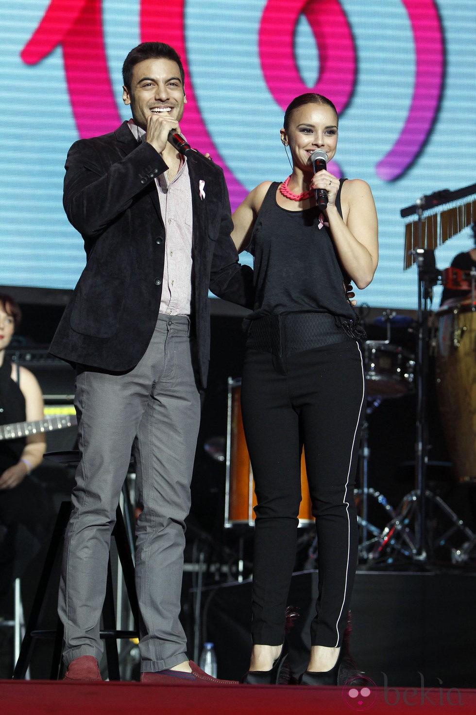 Chenoa y Carlos Rivera durante el concierto 'Por Ellas' de Cadena 100
