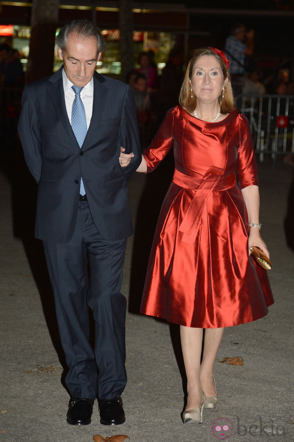 Ana Pastor y su marido durante la boda de Pablo Lara y Anna Brufau en Barcelona