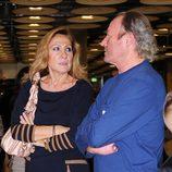 Rosa Benito y Amador Mohedano en el aeropuerto de Barajas