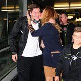 Rosa Benito besa a su hijo tras su vuelta de Irlanda