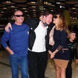 Amador Mohedano y Rosa Benito con su hijo en el aeropuerto de Barajas
