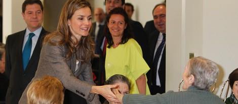 La Princesa Letizia saluda a unos ancianos en la Residencia de Mayores 'El Greco'