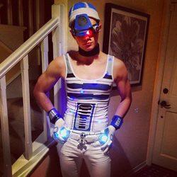 Chris Colfer disfrazado de R2D2 para Halloween 2013