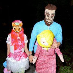 Isla Fisher y Sacha Baron Cohen en una fiesta de Halloween en Beverly Hills