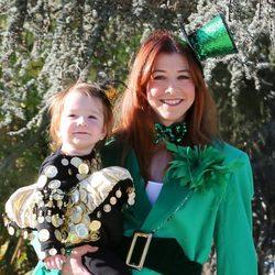 Alyson Hannigan disfrazada de duendecilla de San Patricio y su hija en Halloween