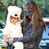 Alessandra Ambrosio disfrazada de gata junto a su hijo en Halloween