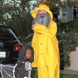 Sandra Bullock disfrazada de grumete y su hijo disfrutando de Halloween