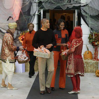 Michelle Obama y Barack Obama a punto de repartir golosinas a las puertas de la Casa Blanca