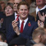 El Principe Harry aplaudiendo durante un partido de rugby en Londres