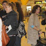 Ana Botella, sorprendida por la expectación que causa Rosa Benito en el aeropuerto
