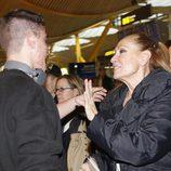 Rosa Benito despide a su hijo Amador en el aeropuerto de Madrid