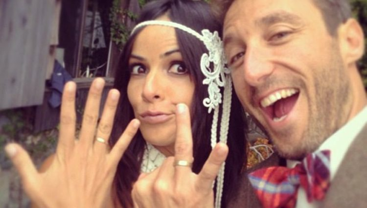 Raquel del Rosario y Pedro Castro muestran su anillo de casados