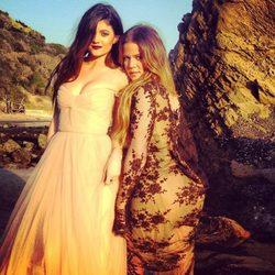 Khloe Kardashian y Kylie Jenner en una sesión de fotos en Malibú
