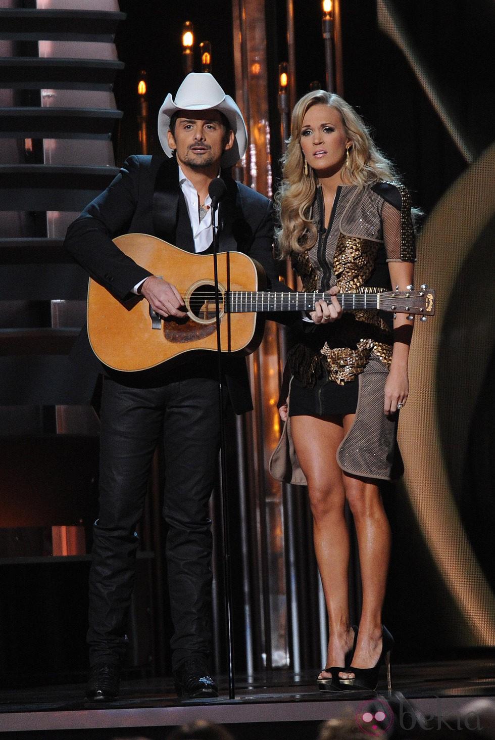 Brad Paisley y Carrie Underwood presentan los Premios CMA 2013