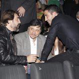 Carlos y Javier Bardem charlan con Miguel Ángel Silvestre en el estreno de 'Alpha'