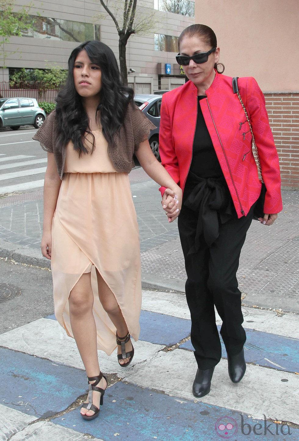 Chabelita Pantoja con su madre Isabel Pantoja el día de su confirmación