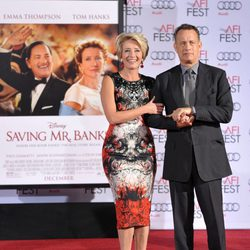 Emma Thompson plasma sus huellas en el Teatro Chino de Los Angeles arropada por Tom Hanks