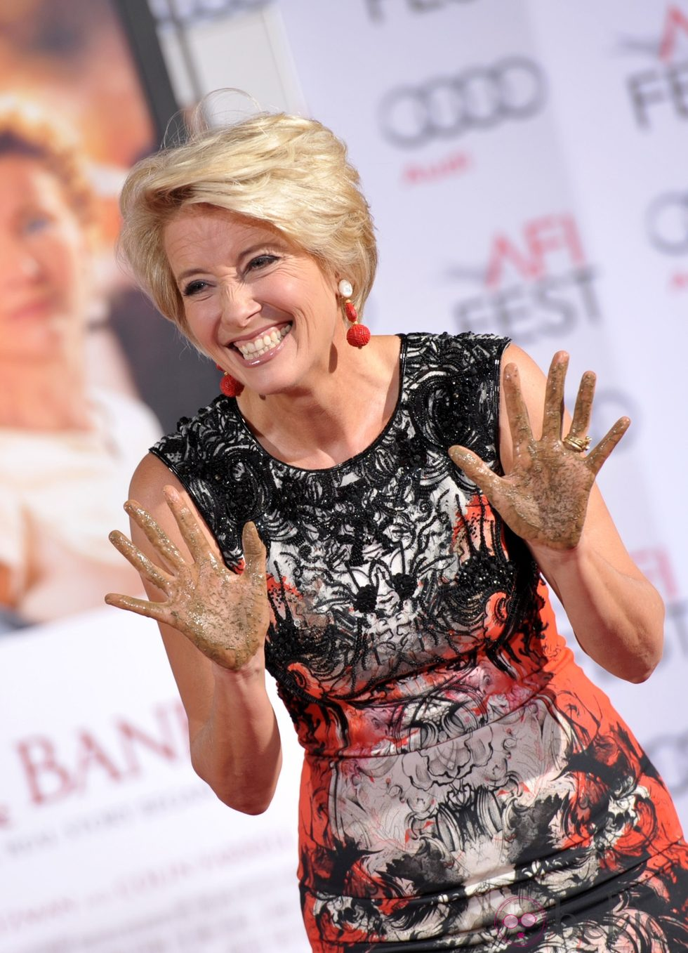 Emma Thompson plasma sus huellas en el Teatro Chino de Los Angeles