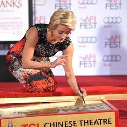 Emma Thompson durante el evento para plasmar sus huellas en el Teatro Chino de Los Angeles