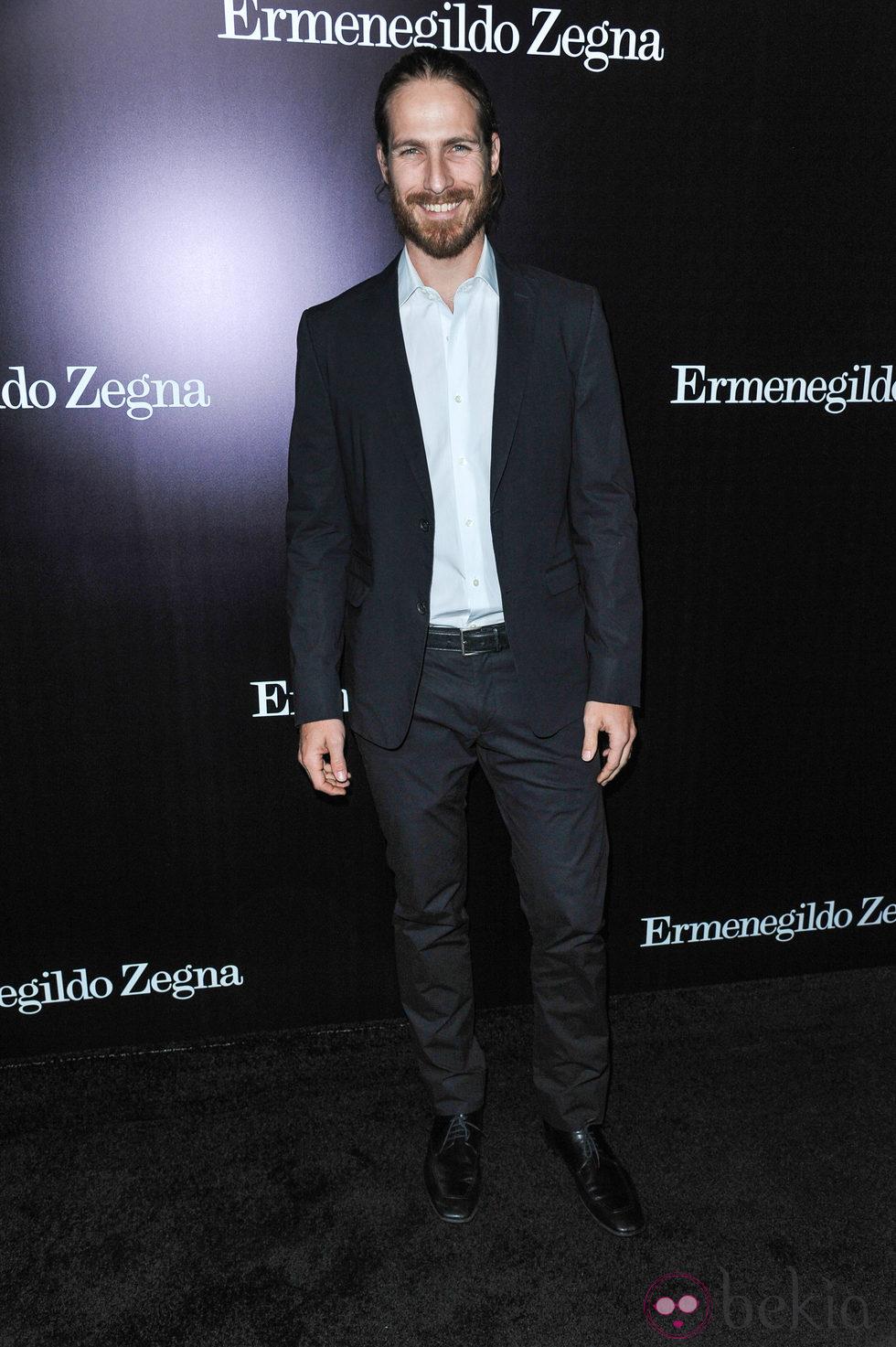 Ryan Burns en la apertura de una tienda de Ermenegildo Zegna en Beverly Hills