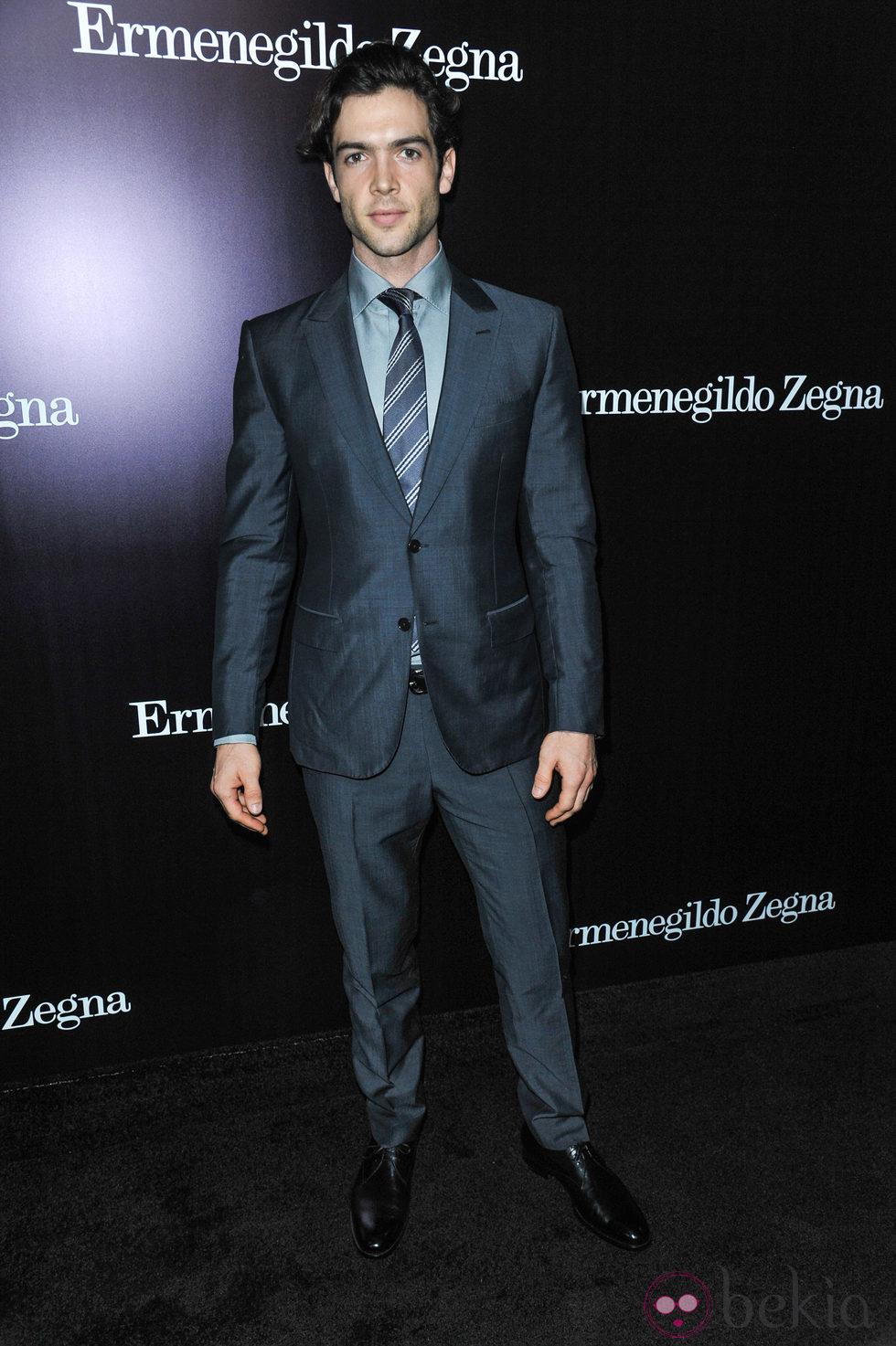 Ethan Peck en la apertura de una tienda de Ermenegildo Zegna en Beverly Hills
