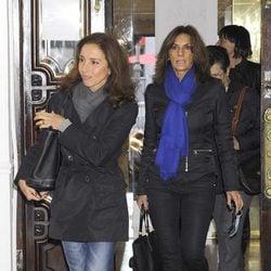 Ana Belén y Pastora Vega en la capilla ardiente de Amparo Rivelles