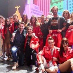 Helen Lindes y Rudy Fernández con el reparto del musical 'Hoy no me puedo levantar'