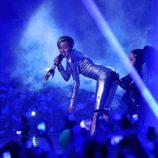 Miley Cyrus haciendo twerking con una enana en los MTV EMA 2013