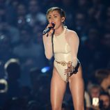 Miley Cyrus cantando 'Wrecing Ball' en los MTV EMA 2013
