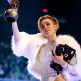 Miley Cyrus posa con su MTV EMA 2013 y su porro
