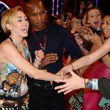 Miley Cyrus saluda a sus fans en la alfombra roja de los MTV EMA 2013