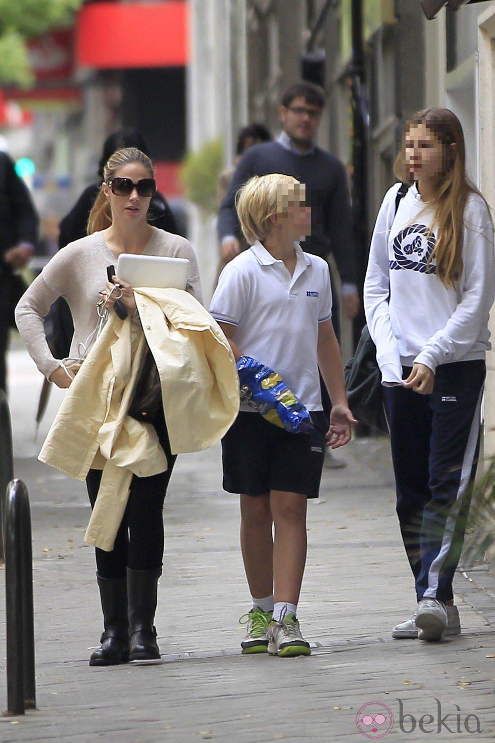Genoveva Casanova con sus hijos Luis y Amina el día de su 37 cumpleaños